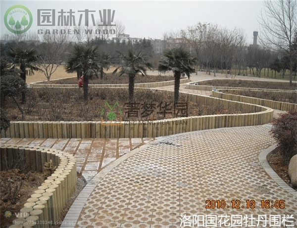 防腐木草坪护栏